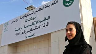Ženy v Saúdské Arábii mohly poprvé volit i být zvoleny. Uspělo jich zhruba dvacet