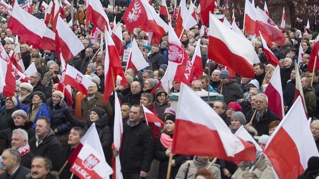 Nedělní demonstrace na podporu vlády se ve Varšavě zúčastnilo 45 tisíc lidí.