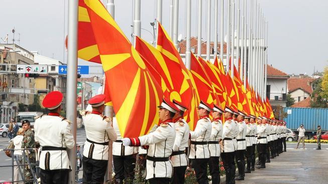 Makedonie si kvůli Řecku už změnila vlajku, nyní je připravena se i přejmenovat (ilustrační snímek)
