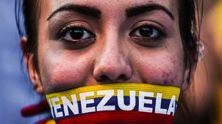 Stoupenkyně venezuelské opozice MUD na mítinku před volbami
