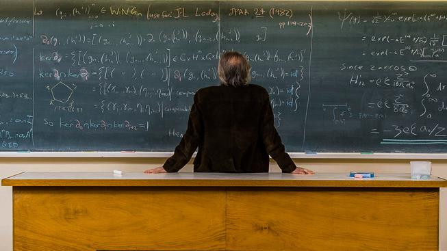 Platy českých učitelů lehce překračují polovinu průměru zemí OECD