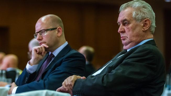 Premiér Bohuslav Sobotka a prezident Miloš Zeman se zrovna v lásce nemají