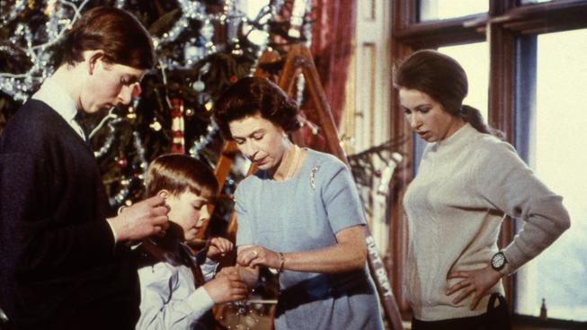 Vánoce tráví britská rodina společně, do soukromí ale nechá nahlédnout víc než jiní evropští panovníci. Na snímku z roku 1969