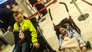 Osmiletý Riley a dvouletá Emmie za babičkou a dědou nemohli odletět
