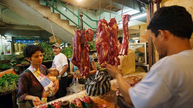V Indonésii roste počet lidí, kteří si mohou dovolit hovězí maso. Ale čím víc krav, tím víc metanu...