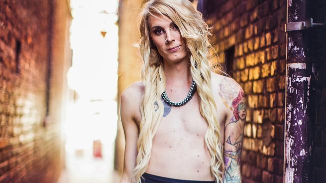 Courtney Demonová bojovala za zveřejňování odhalených prsou