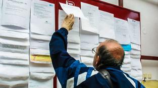 Muž hledá práci na úřadu práce v Pardubicích