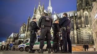 Po desítkách nahlášených sexuálních útocích německá policie posílila hlídky