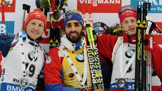Ondřej Moravec, Martin Fourcade a Tarjei Bö na stupních vítězů