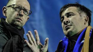 Jaceňuk (vlevo) a Saakašvili (pravo) si jdou po krku