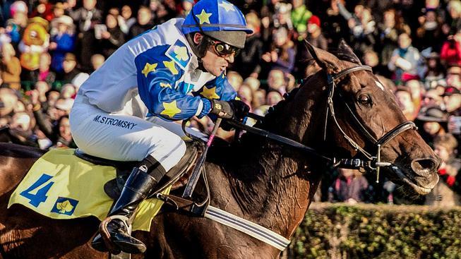 Kůň Nikas s žokejem Markem Stromským zdolal ve finiši 125. ročníku slavného dostihu druhého Ribelina a třetího Zarifa
