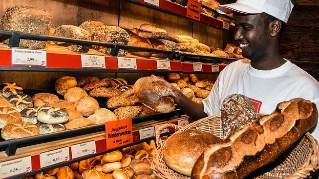 Takřka idylický pohled: Ahmed Abdi-Džama ze Somálska zaměstnaný v pekárně v německém Ulmu