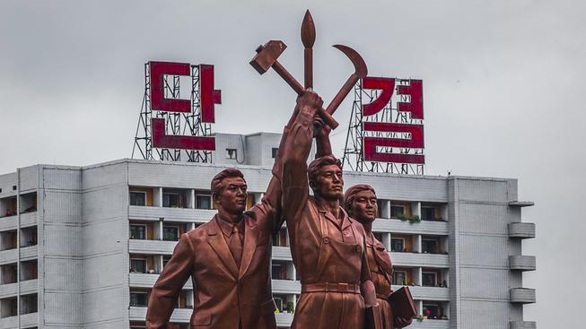 Sousoší korejských pracujících v hlavním městě Pchjongjangu