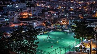 Fotbalové hřiště, které vyrábí elektřinu z běhání fotbalistů, funguje i v brazilském Riu