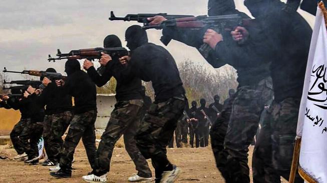 Bojovníci IS v tréninkovém kempu v syrském městě Rakká