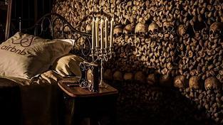 Na Helloween nabízelo Airbnb přenocování v pařížských katakombách