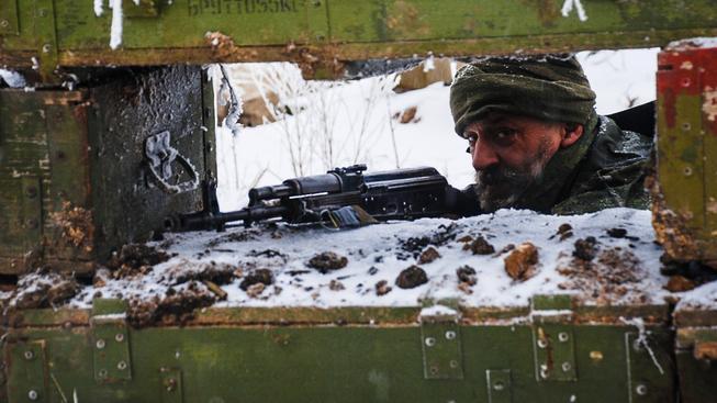 Východoukrajinský ozbrojenec na hlídce v blízkosti pozic ukrajinské armády