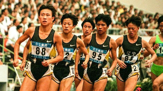 Členky Maovy armády na trati závodu na 1500 metrů