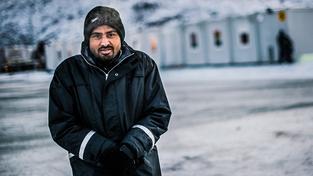 Čtyřiatřicetiletý Pákistánec Rahmán před jedním z norských uprchlických center