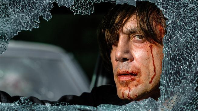 Zabiják Chigurh (Javier Bardem) ve slavném snímku Tahle země není pro starý