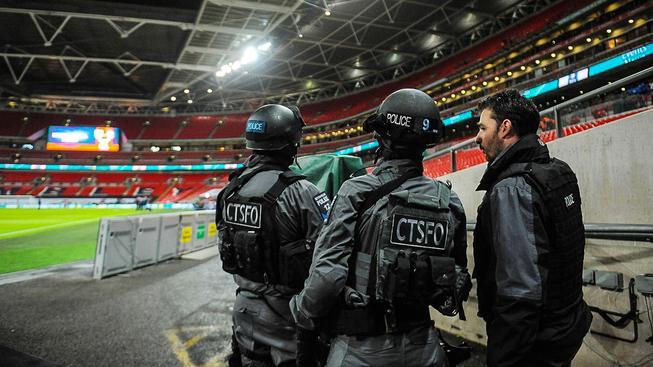 Policisté na stadionu ve Wembley, kde se krátce po událostech v Paříži odehrálo přátelské utkání mezi Anglií a Francií