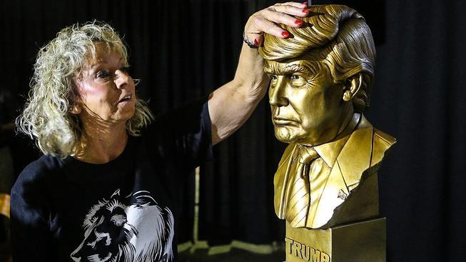 Jedno se Donaldovi musí nechat. Dokázal ze sebe vytvořit modlu
