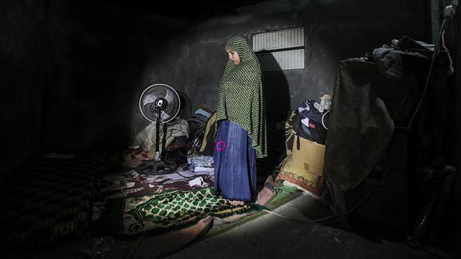 Chudým Palestinkám je jedno, odkud pochází oblečení. Na snímku dívka v táboře Nusajrát