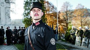 """Marián Kotleba v """"oficiální uniformě"""" své strany Slovenské pospolitosti - Národní strany, kterou v roce 2006 rozpustil slovenský nejvyšší soud"""