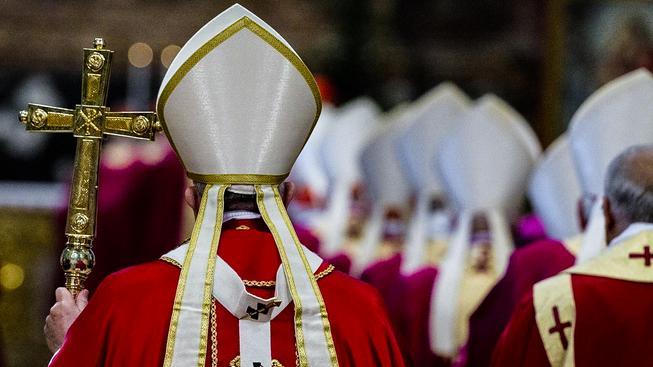 Papež František slouží mši s kardinály a biskupy