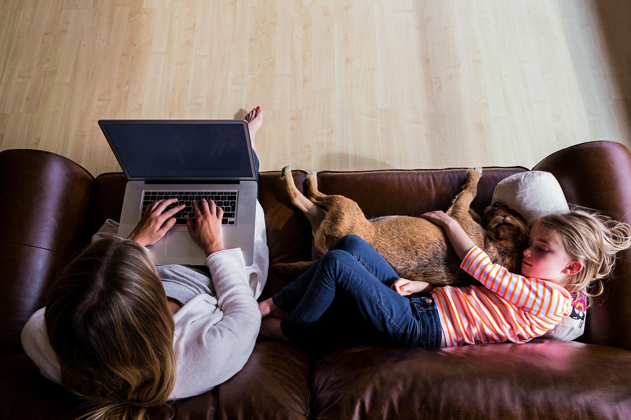 Vláda chce sešněrovat práci z domova. Doplatí na to hlavně matky s malými dětmi