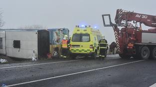 Nehodu autobusu plného dětí zřejmě způsobilo náledí a hustá mlha