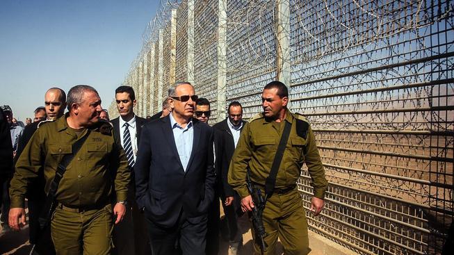 Izraelský premiér Benjamin Netanjahu na obhlídce plotu na hranici s Jordánskem
