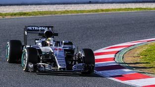 Lewis Hamilton během testovacích jízd ve španělské Barceloně