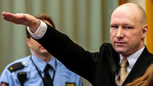 Anders Behring Breivik je odsouzený na 21 let s možností prodlužování až na doživotí. U soudu, který projednává jeho stížnost na špatné zacházení, na úvod zahajloval