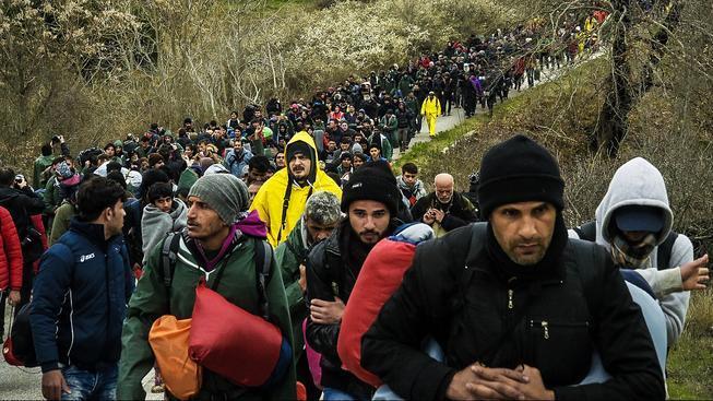 Tisíce migrantů se hromadí u makedonských hranic