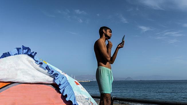 Ranní hygiena uprchlíka na řeckém ostrově Kos