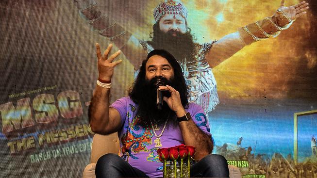 Indický spirituální guru Gurmeet Ram Rahim Singh Insan dokáže udělat velkolepou show a vydělat na svém jménu stamiliony dolarů