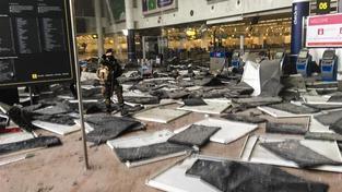 Fotografie odletové haly na bruselském letišti po atentátu, která obletěla celý svět