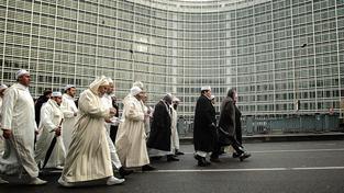 Muslimové pochodující v Bruselu před Berlaymontem, hlavním sídlem Evropské