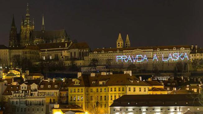 Zdi Pražského hradu v noci osvítila protičínská hesla