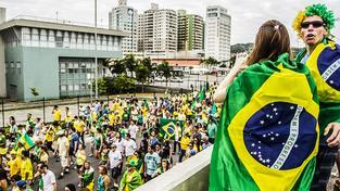 Protestující v městě Florianópolis, které leží nedaleko Rio de Janeira
