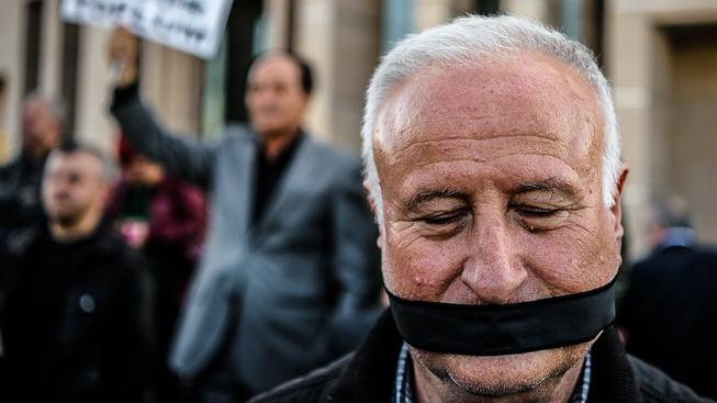 Turci mají s oklešťováním svobody slova, o které se pokouší Erdoganův režim, neblahé zkušenosti