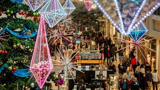 Práce o svátcích je sice pro prodavače nepříjemná, je ale jednou z mála příležitostí, jak si k chabé výplatě přilepšit (ilustrační snímek)
