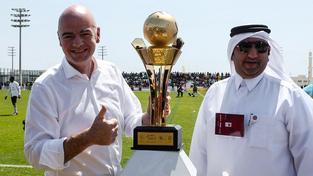 Gianni Infantino s trofejí pro vítěze místního fotbalového turnaje v Dauhá