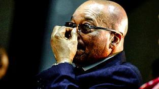 Po Jacobu Zumovi stékají stovky skandálů jako po teflonu