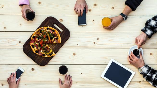 Pizza a káva. Tradiční součást italské kuchyně, které si v Itálii cizinci kopírovat příliš netroufnou (ilustrační snímek)