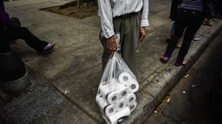 Ve Venezuele chybí základní zboží a když už se objeví, rychle mizí