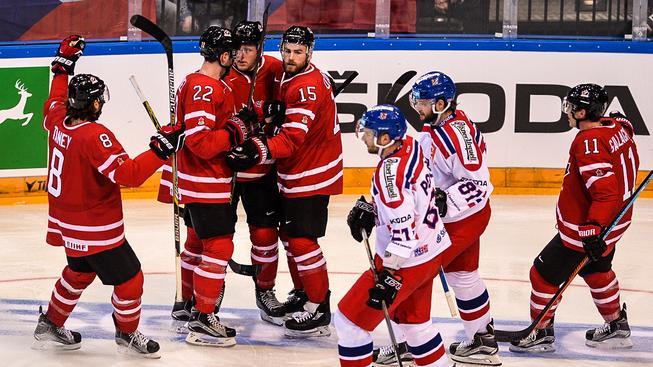 Kanaďané slaví jeden ze 3 gólů v české síti