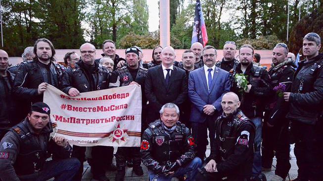 Hejtman Hašek obklopen ruskými motorkáři. Všimněte si v pozadí vlajky 'Doněcké národní republiky'