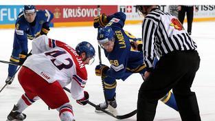 Momentka z loňského duelu obou týmů na MS v Praze, který Švédové získali v nájezdech